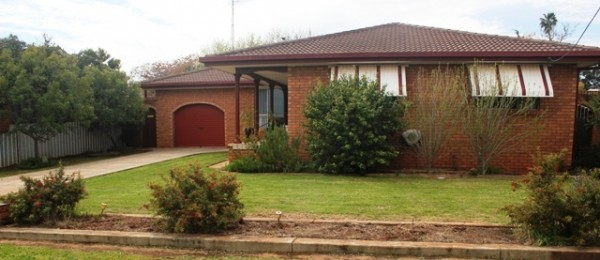 "(bz186) Peak Hill 49 Boori St, ""Big Family Big House"" $280,000"